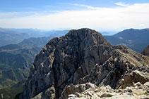 Vistas al O-SO, con la cumbre del Calderer y la sierra de Ensija más oriental.