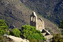 Ermita de Santa Helena vista desde la cresta que sube a la cima de Sant Salvador (fuera de ruta).
