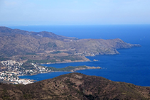 Vistas desde el antiguo castillo de Verdera hacia el NE, con el pueblo de LLançà y la costa (fuera de ruta).