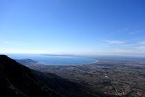 Vistas desde el antiguo castillo de Verdera hacia el S, con la llanura ampurdanesa y el golfo de Rosas (fuera de ruta).