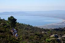 Camino que progresa a media vertiente con la llanura ampurdanesa y el golfo de Rosas al fondo (fuera de ruta).