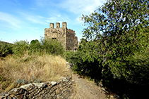 Antigua torre defensiva saliendo de la Selva de Mar.