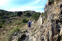 Senderistas bajando de Sant Pere de Rodes hacia la Selva de Mar.