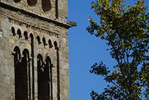 Detalle del campanario de Sant Pere de Rodes, con las ventanas de arco de medio punto y arquería ciega de estilo lombardo.