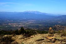 Hito y vistas a la llanura ampurdanesa y al macizo del Canigó (fuera de ruta).