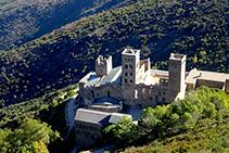 El monasterio de Sant Pere de Rodes visto desde el castillo de Verdera (fuera de ruta).