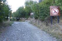 Barrera y entrada al Parque Natural Comunal de los Valles de Comapedrosa.