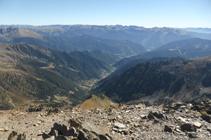 Vistas hacia el E con el pueblo de Arinsal al fondo del valle.