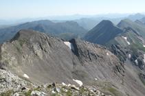 Vistas al pico de la Coma de Senyac y cresta fronteriza hacia levante (E).