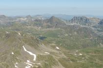 Lago de Solanet y pico de Tomasset desde la cima.