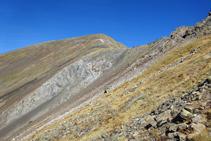 El Pala Serrera es una montaña de roca pizarrosa con tonos rojizos y grisáceos.