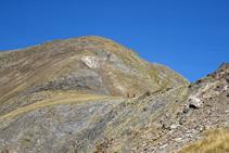 Vistas a la ancha cresta del Serrera, por donde bajan dos excursionistas.
