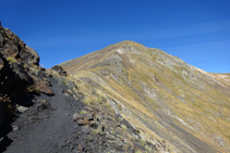 Sendero por la cresta entre el collado de los Meners y el pico de la Serrera.