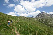 Hemos abandonado el fondo del valle y subimos por la ladera de la montaña hacia el refugio (en dirección E-SE).
