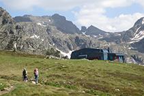 El refugio de Rulhe con el pico y el Cilindro de Escobes al fondo.