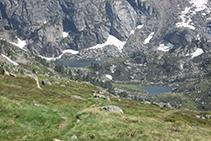 Desde el refugio podemos ver, al fondo del valle, el Estanyol y el Estanyol Petit.