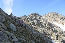 Ascendiendo hacia la cresta con el peculiar saliente rocoso en lo alto.