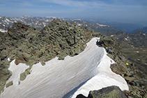 El collado del pico de Rulhe mantiene la nieve hasta bien entrado el verano.