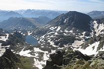 Vistas del lago y el pico de Alba desde la Punta Sur del pico de Rulhe.