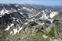 La cresta sur por donde bajamos es afilada y un poco aérea pero no es técnicamente difícil.