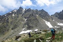 Mirada atrás, podemos ver el descenso que hemos efectuado desde el pico de Rulhe.