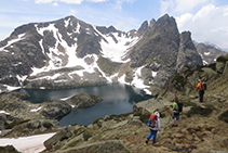 El lago Negre de Juclar con el pico Negre de Juclar (2.627m) y el pico de la Pala de Sobre l´Estany (2.626m).