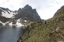 Bordeamos el lago Negre de Juclar.