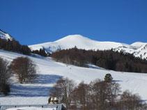 El redondeado pico de Tarbésou bien nevado.