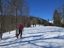 En algunos momentos es inevitable subir por las pistas de esquí.