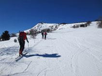 El pico de Canrusc se alza tímidamente por encima de la parte alta de la estación.