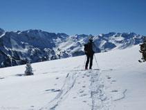 Nieve abundante sobre los picos y los valles del Ariège.