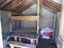 Interior de la cabaña del Orri.