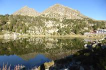 Lago Primer y picos del Cubil con el restaurante.