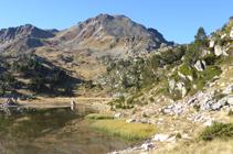 Lago de Coma Estremera y pico de Montmalús.
