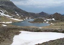 Se aprecia muy bien la forma característica del lago Sobirá.