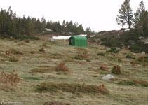 Cabana metálica al lado del lago de las Dugues.