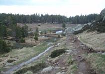 Dejamos a la izquierda una zona llana antes del bosque.