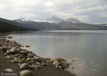 Lago de las Bulloses con los Puigs Perics al fondo.