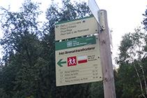 Señal indicadora del Itinerario Transfronterizo (TRF), un sendero de largo recorrido.