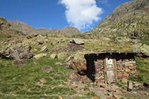 La cabaña de Sotllo se encuentra entre el lago homónimo y el Estany d´Estats.