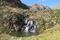Bonito salto de agua que hay entre el lago de Sotllo y el de Estats.