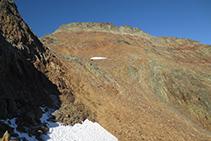 Vistas del pico de Sotllo que se alza al O del puerto homónimo.