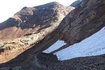 El sendero que tomamos desciende por el lomo descompuesto y llega al fondo del barranco secundario, dejando a la derecha las paredes de roca del pico Verdaguer.