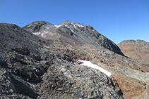 Hacia el SO divisamos ya la cima de la Pica (redondeada) y justo a su lado derecho el pico Verdaguer (piramidal). Entre ellos distinguimos una canaleta cubierta con un poco de nieve.