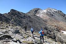 Desde el collado de Riufred, tomamos el sendero que avanza por la cresta (SO).