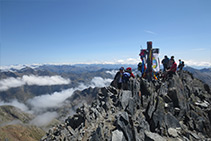 La preciosa y elevada cumbre de la Pica d´Estats, con su característica cruz de hierro forjado y una multitud de excursionistas.