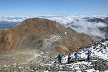 Regresamos al collado de Riufred. Al fondo se alza majestuoso el pico del Montcalm.