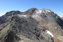 Desde la cima del Montcalm disfrutamos de vistas preciosas de la Punta Gabarró, la Pica d´Estats y el pico Verdaguer.
