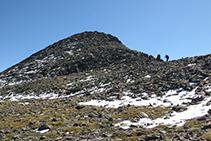 Descenso por la cresta del Montcalm hacia el collado de Riufred.