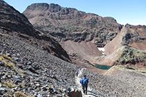 El camino hacia la Cometa d´Estats con el pico de Sotllo al fondo.